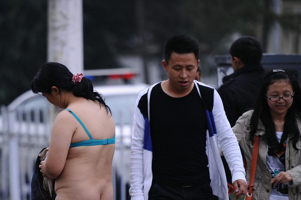 高清图:贵阳街头裸女漫步引市民围观 中国日报