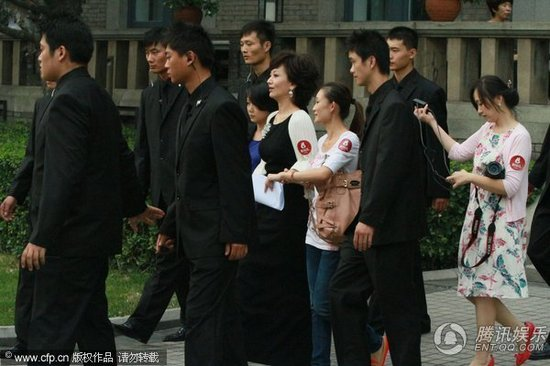 组图:赵雅芝获保安紧张护驾 下台阶小心翼翼_娱乐_腾讯网 - hbsphd - hbsphd的博客