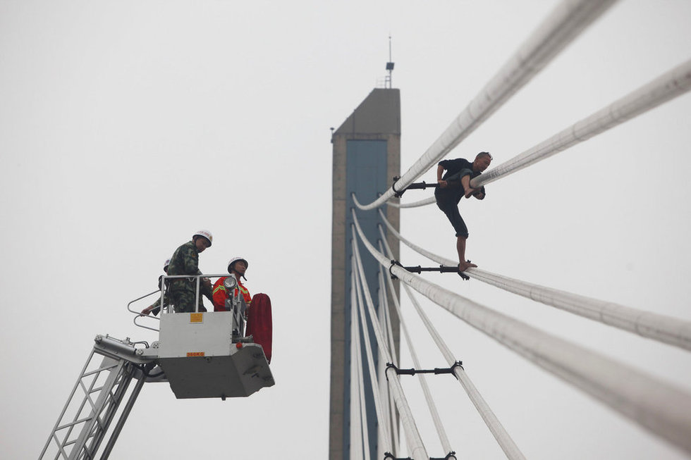 2012年10月8日,湖北武汉,一名中年男子爬上武汉长江二桥...