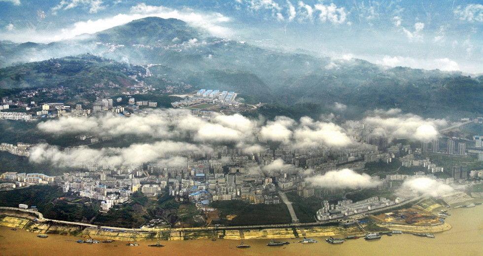铜质收藏-朵朵白云盖江城-何必华