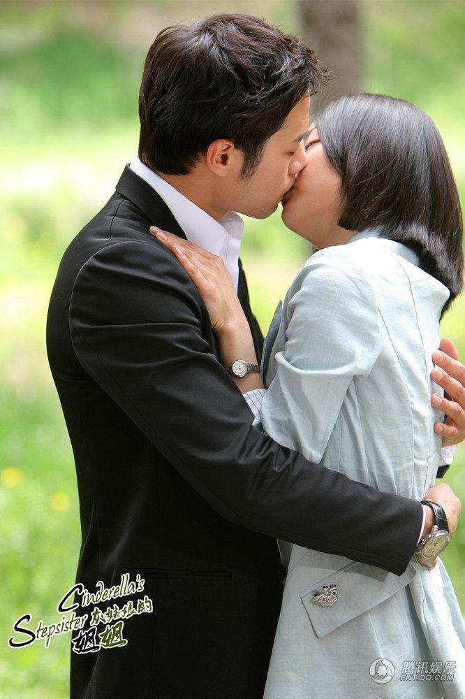由文根英、千正明主演的韩剧《灰姑娘的姐姐》在播出期...