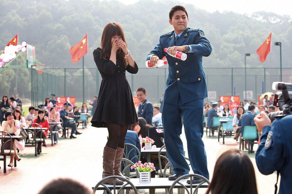 汉150名军官集体相亲 跳 骑马舞图片