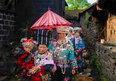 天下凤凰摄影大展摄影作品 苗族婚喜(组) 杨志光 新娘在姐妹们的陪伴下绕村里一圈