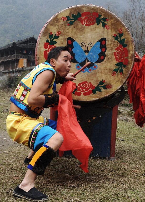 苗族猴儿鼓王·彭英生(组)-武吉海-02,扮猴相击鼓