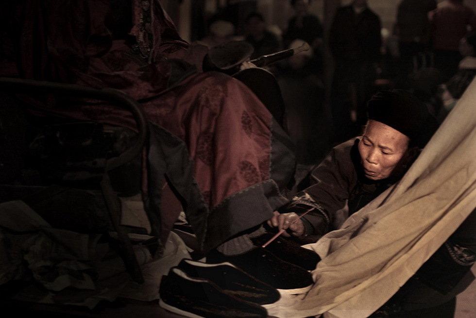 湘西苗家巴代扎葬礼(组)-明克林-组图4—香头烧亡人鞋