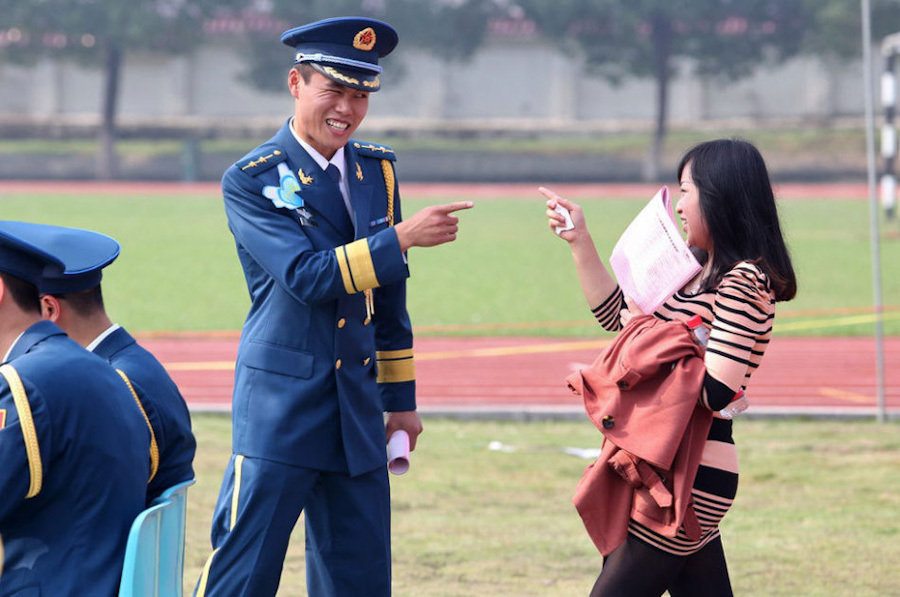 空军:集体部队相亲骑马组图跳起举行舞六腿美女生