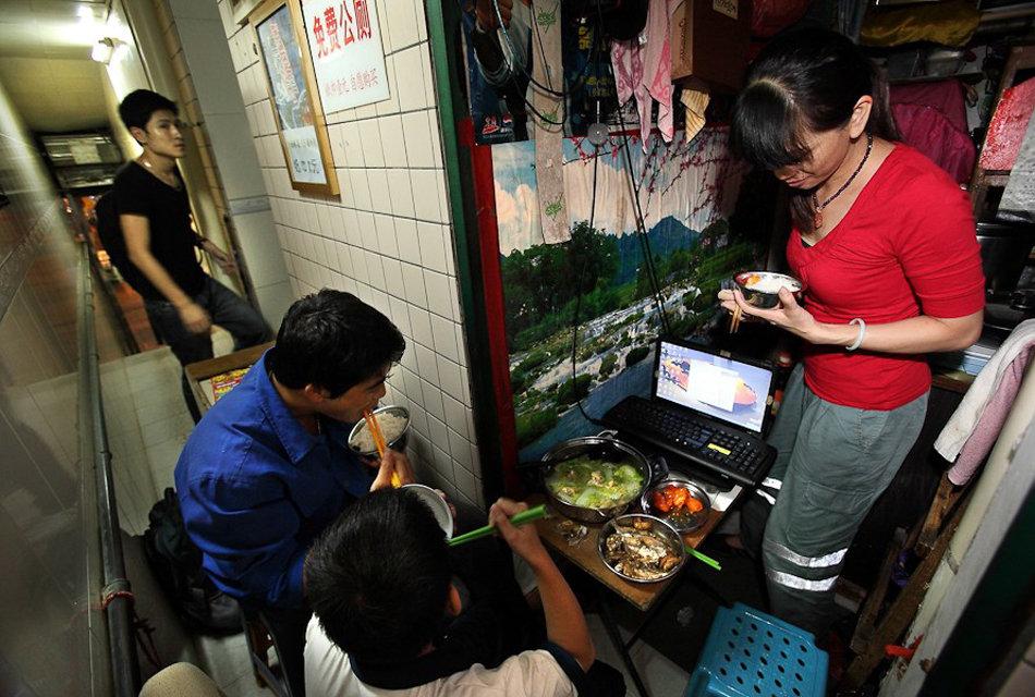 28日,广州,吃饭时,上厕所的人不断盯着他们看,好奇这一家人竟然