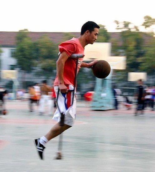 截肢男拄拐打篮球 单手摘板转身不输常人(图)
