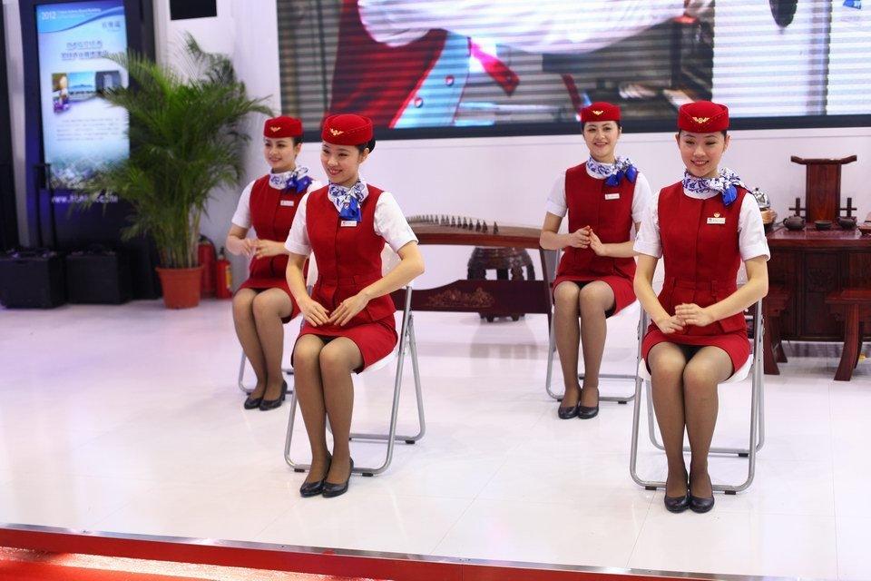 空姐(国内的航空公司)月薪大致为5000多元,根据