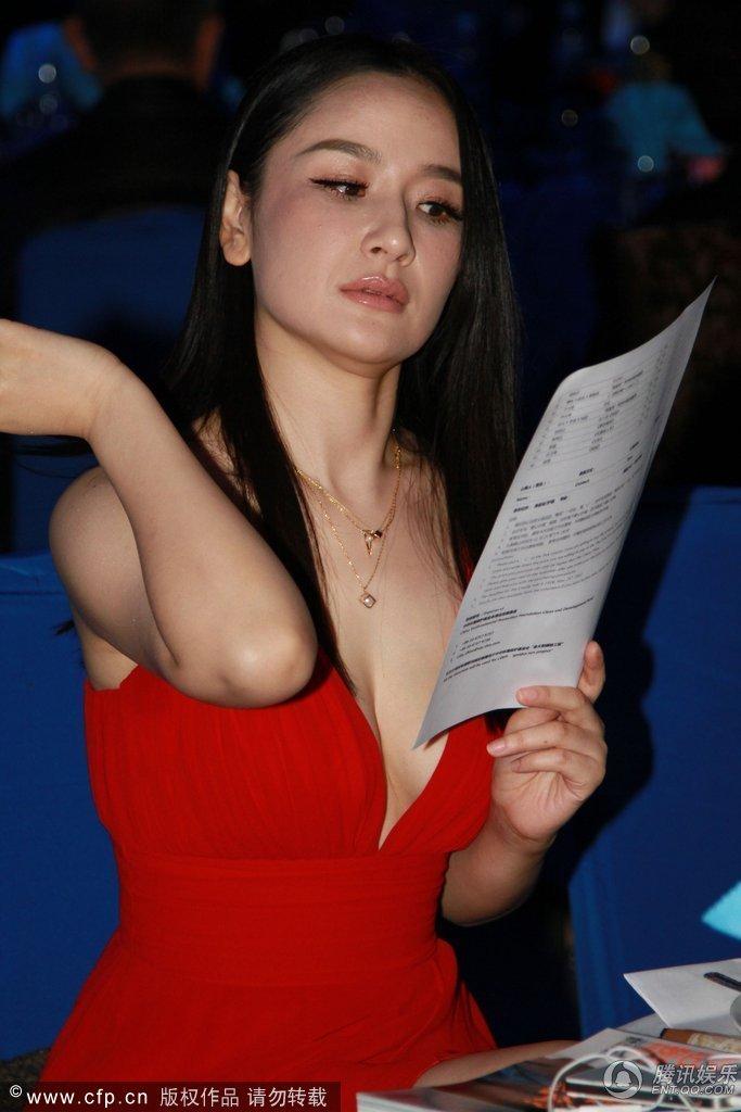 孙宁红裙现身低胸上阵 离婚后尺度大开尴尬走光 - 都市乡里人 - 都市乡里人1