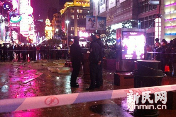 """东方商厦玻璃""""鲨鱼缸""""爆裂 15人受轻伤送医 - 整风 - 整风的博客"""