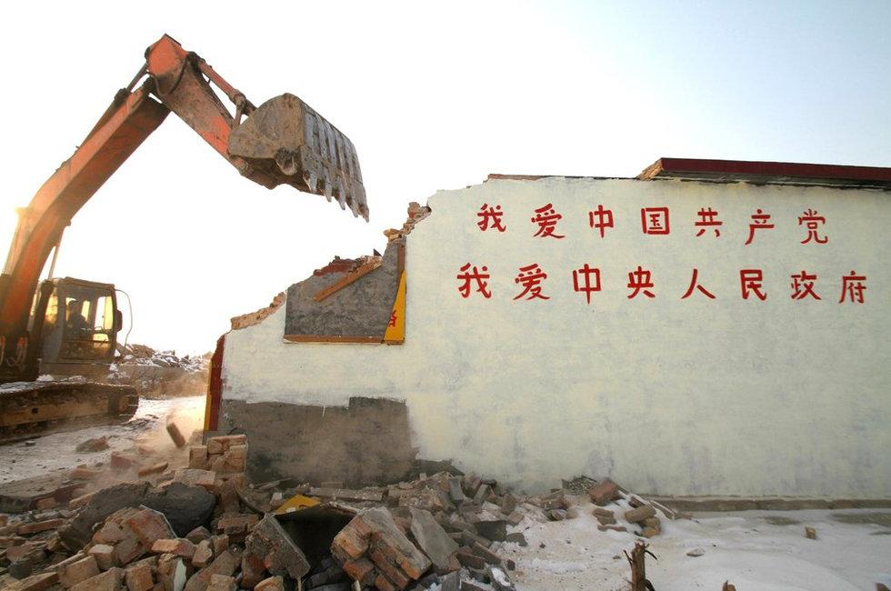 组图:扛国旗抗拆老汉举牌感谢政府 房屋拆除 - 飞翔龙卷风 - 网闻·博采·家国·人生