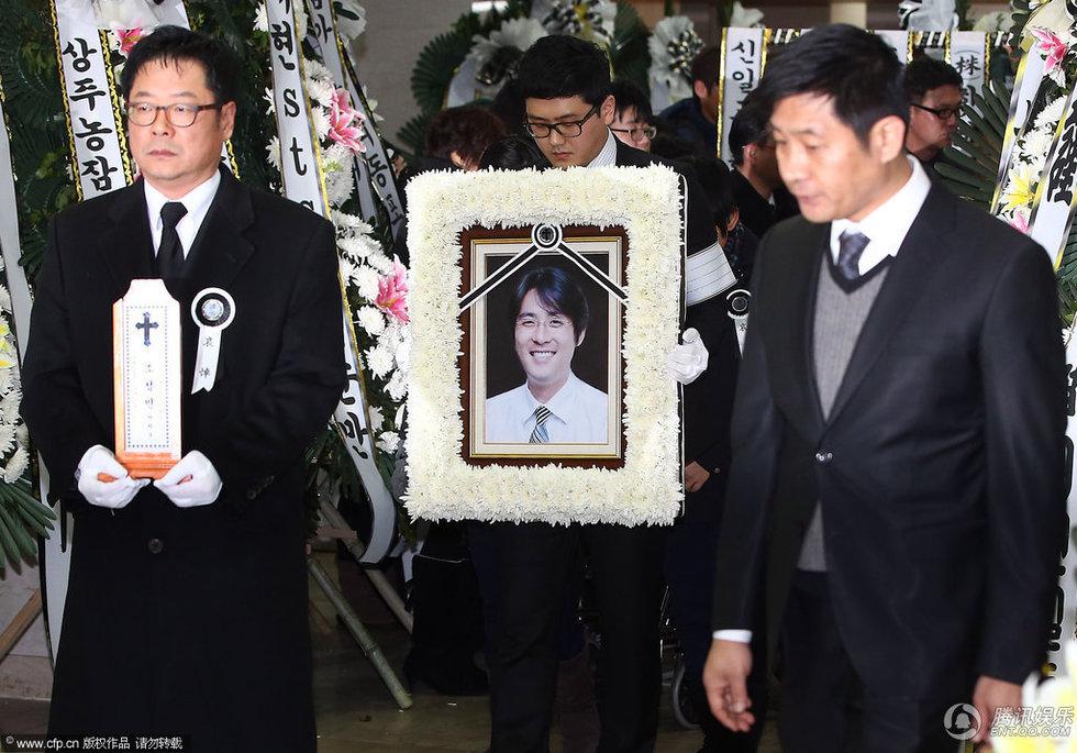 高清:崔真实前夫葬礼举行 儿女送父亲最后一程