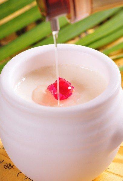 饮料:先喝酸奶可保护肠胃在吃火锅时,应慎点酒精类的饮料,酒精类
