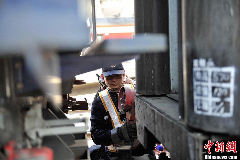"""强对1592辆春运旅客列车的""""体检""""工作,确保2013年春运列车的安"""