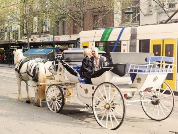 得开心,新娘在单车后座上也可以很浪漫.如果单车满足不了你,你图片