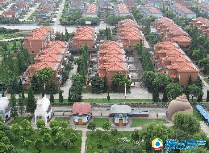 华西村位于江苏省江阴市华士镇,1996年被农业部评定为全国大型一图片