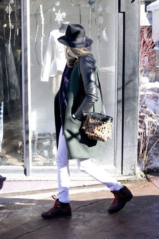 黑色皮夹克外套,搭配修身的白色裤子.