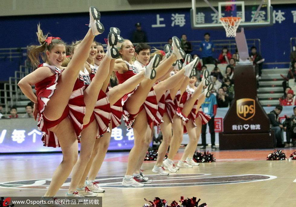 高清:国际学生变啦啦队 活力空中飞人表演图片