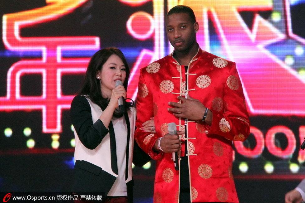 高清:麦迪录制新春节目 女主播难掩激动贴身 打