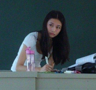 国商学院的美女老师林雪薇,上课时的一组照片秒杀诸多网友,被网