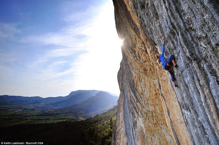 高清:美国19岁美少女完成全球最难攀岩路线