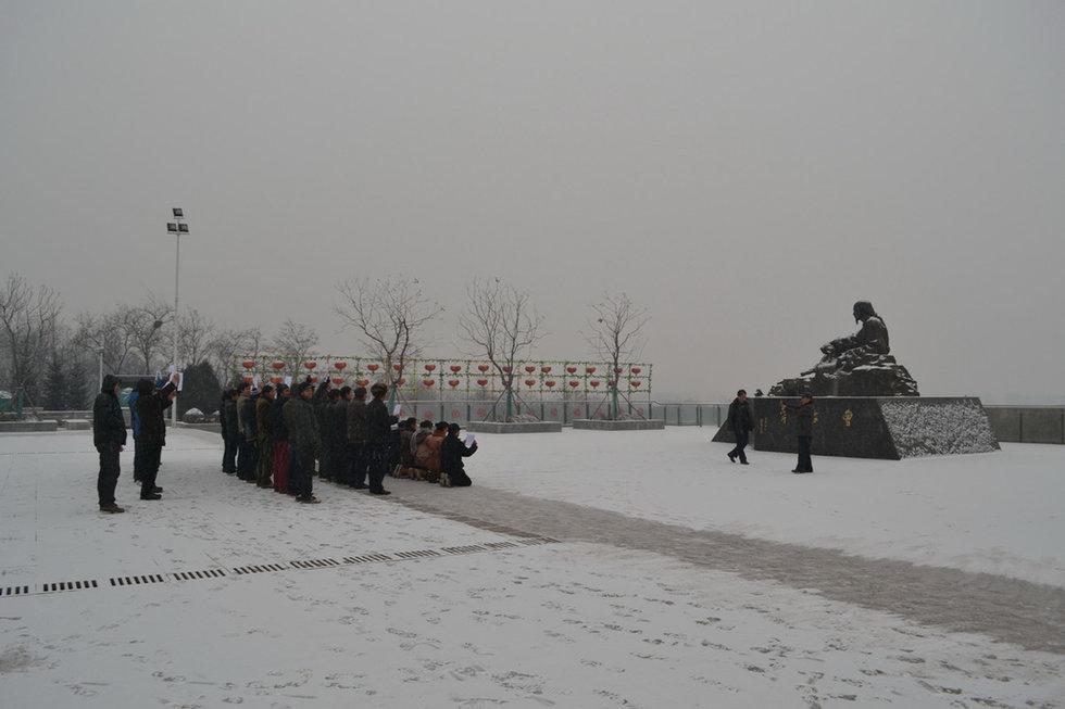 高清:唐山百位农民工雪中跪拜曹雪芹讨薪 民
