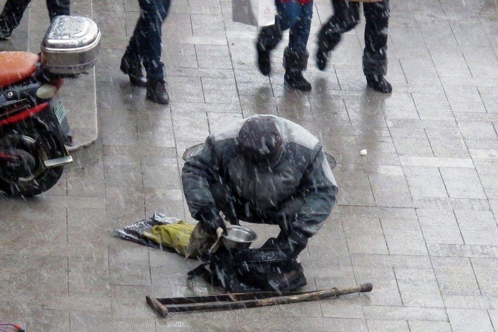 高清 男子装残疾乞丐 大雪后站起避雪