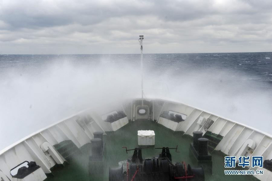 2月11日,中国海监137船在钓鱼岛海域航行.当天,正在钓鱼岛海域