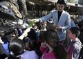 高清:姚明现身休斯敦动物园 给长颈鹿喂食