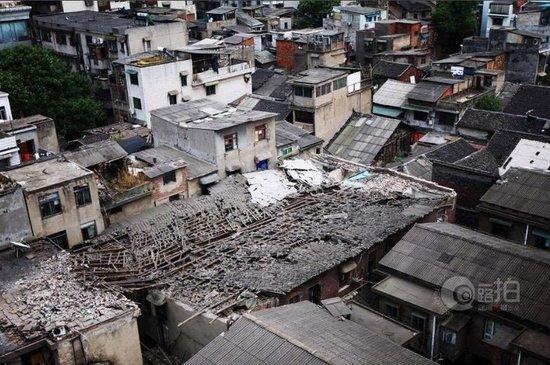 长沙上碧湘街一幢两层楼的老房子房顶突然坍塌,一位正在家中午睡