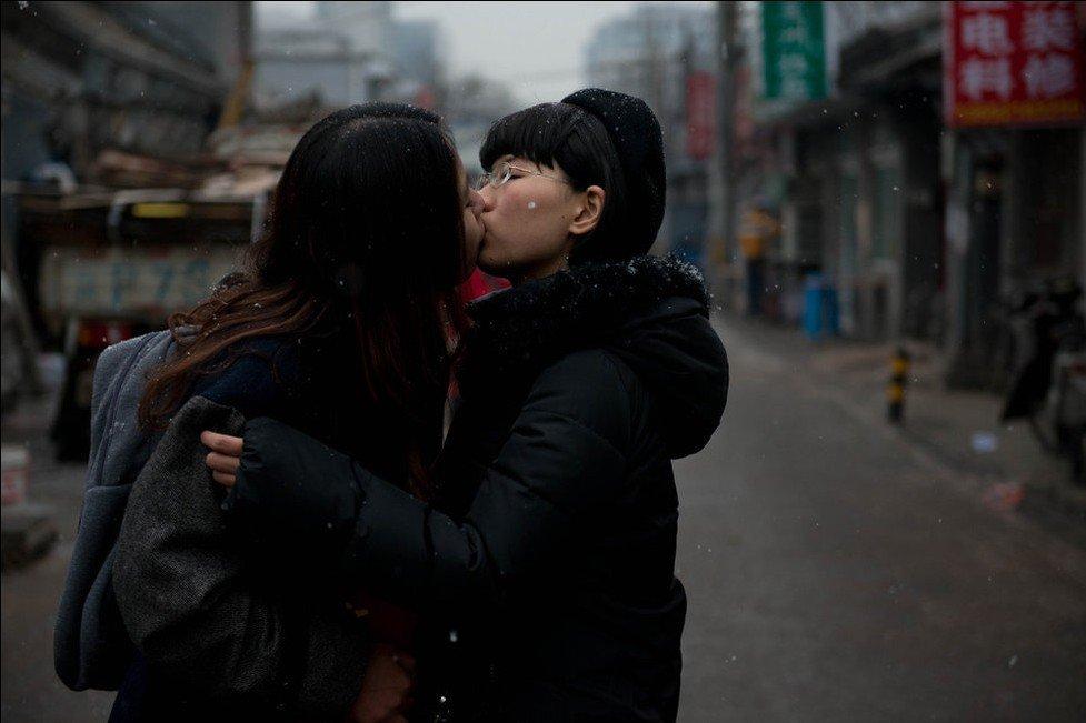 中国卫生部解除了一项14年的禁令:女同性恋可以献血,有性行为的图片