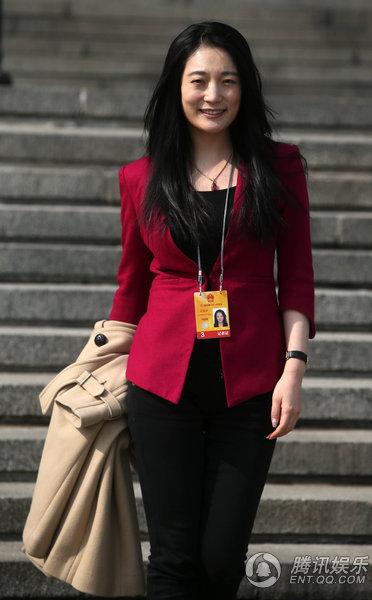 美女记者采访两会 广场上撩秀发被称气质姐