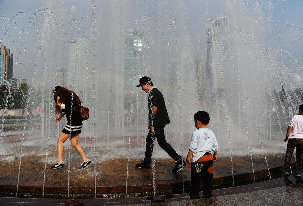 深圳闹市街头三美女穿比基尼暴露装倡议母乳