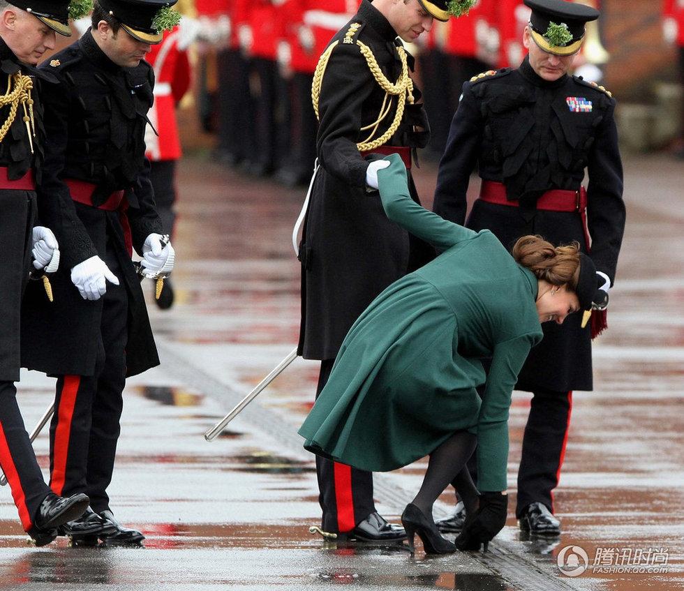 凯特王妃鞋跟被卡+怀孕仍是高跟