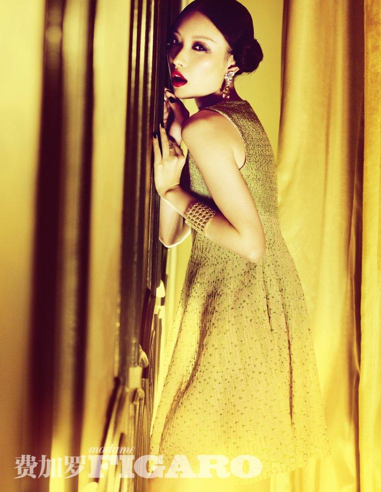 髻仿佛丫鬟俯身,妩媚的眼妆和dior低胸礼服却充满奢华宫廷风.