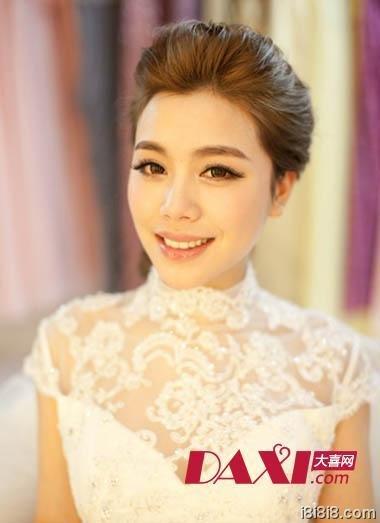 这款刘海陇高的中式新娘发型极富端庄婉约之美,简约而不简单的打造