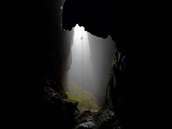 量火山和洞穴,萤火虫在洞穴里闪闪发光.电影《指环王三部曲》和