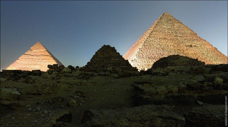 ...金字塔. 这些俄罗斯游客称,他们早早地就来到金字塔群,在荫蔽...