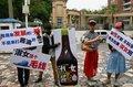 广州男大学生穿裙装织毛衣 抗议中学开设淑女班