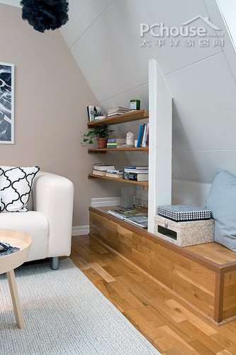 设计重点:墙角书架编辑点评:公寓不大,因此更要利用到每个角落.