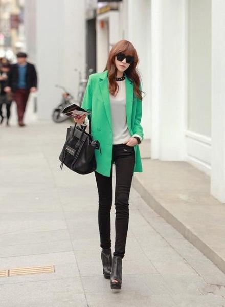 绿色西装职场丽人搭配:红酮色的长卷发披肩,黑色墨镜,帅气兼具女图片