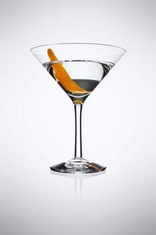 莱酒0.5份白樱桃利口酒1片橘皮将以上成份倒入调酒杯,加入大量