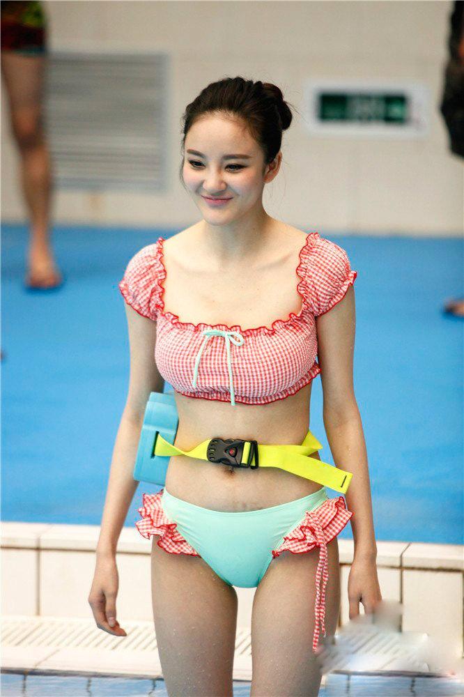 美不美要看她下水 众星云集水立方展 泳技 秀身姿
