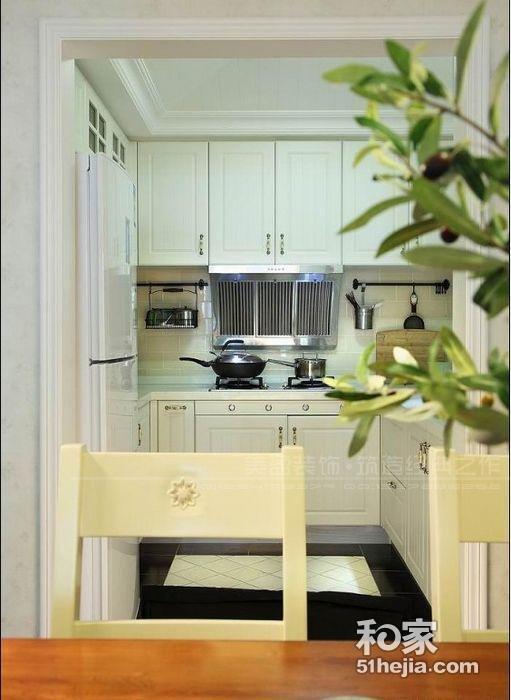 10/11 整体风格为现代简约,客厅吊顶做的简单的石膏板造型顶,电视