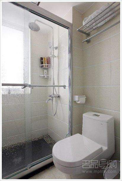 浴室的设计是童总参照一些酒店淋浴房的设计,地面铺了一块大理