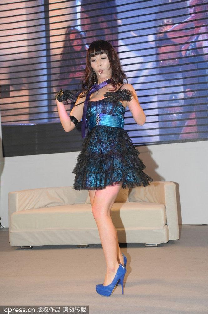 上海av女优性感来袭日本情趣展成人制服v女优难挡闺密短打app图片