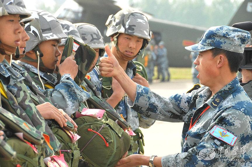 中国空降部队新兵完成军旅生涯首次跳伞图片