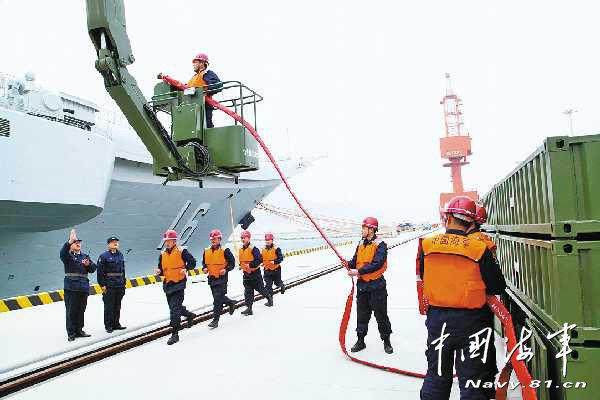 中国首个航母军港初步具备靠泊保障能力(图)