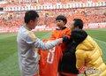高清:绽放的8号!小球迷为王永珀献纪念球衣